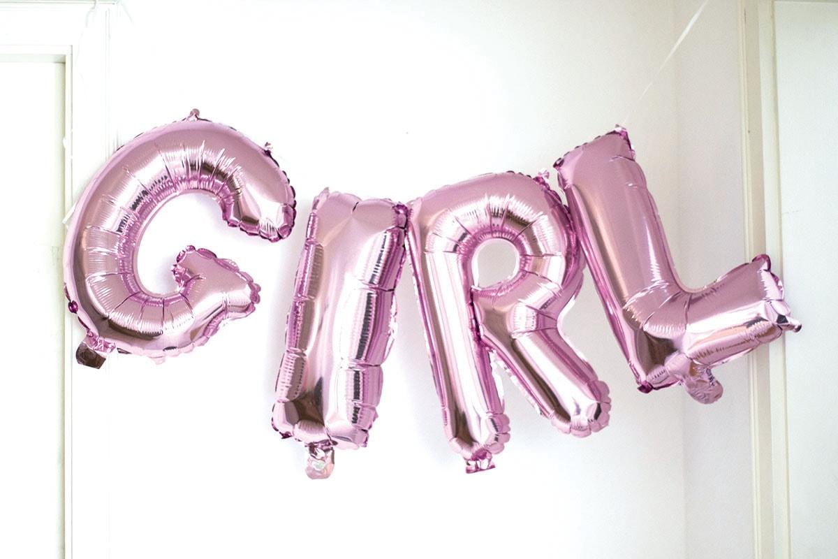 Fotografie. Babyfotos. Rosafarbene Luftballons in der Wohnung