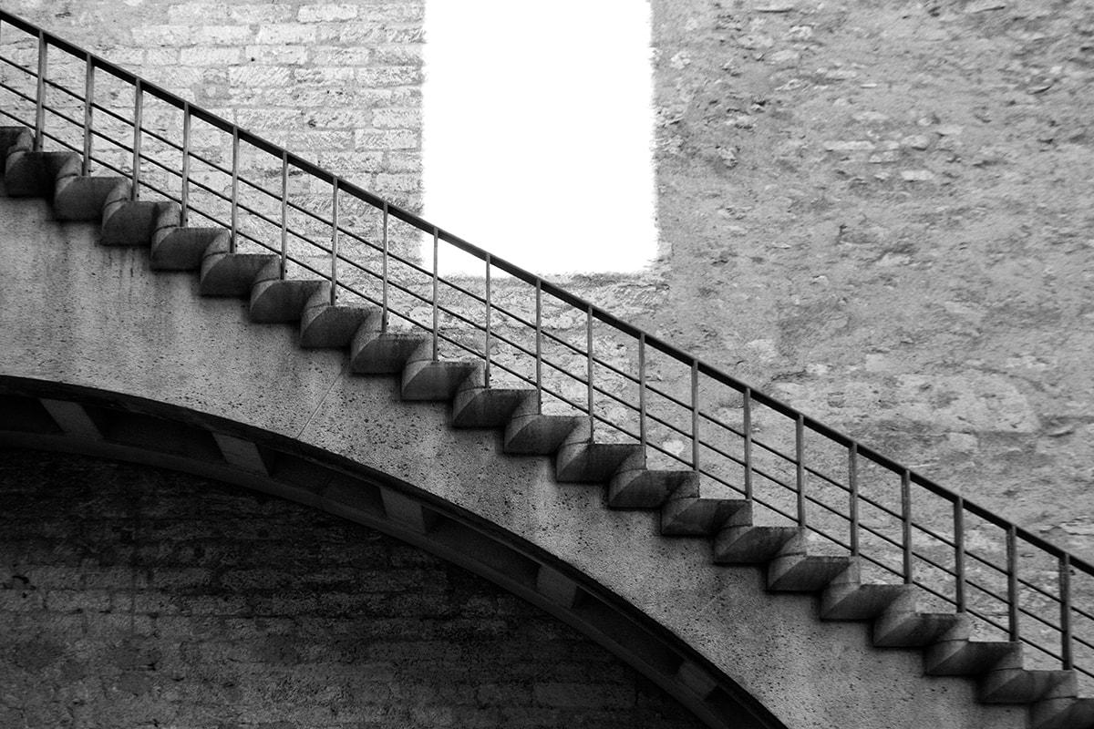 Fotografie. Treppe an einer Steinmauer.