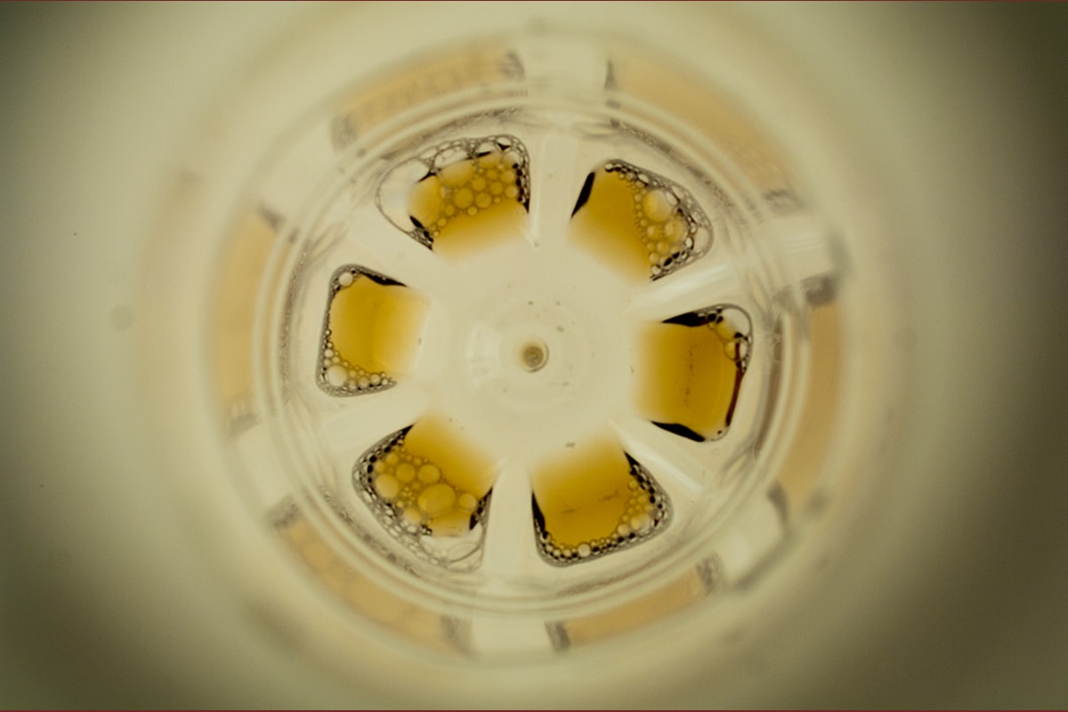 abstrakte, experimentelle Fotografie. Plastikflasche auf einem Leuchttisch.