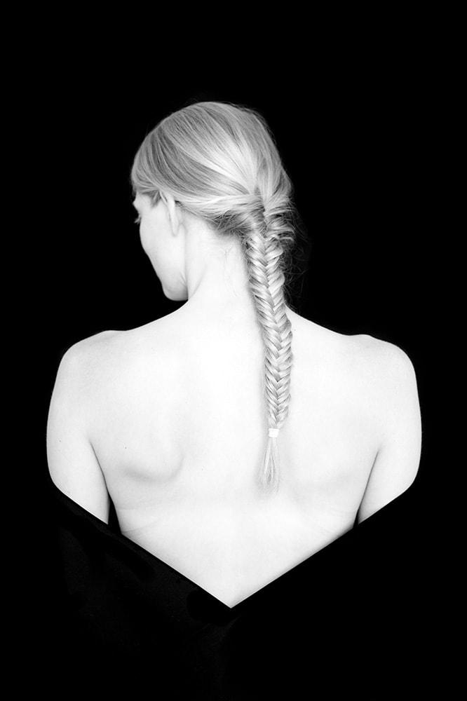 abstrakte, experimentelle Fotografie. Portrait. Fotodesign. Deformation. Person verschwindet im schwarzem Hintergrund.