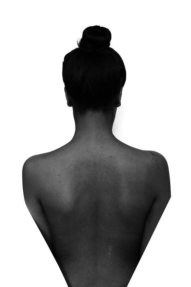 abstrakte, experimentelle Fotografie. Portrait. Fotodesign. Deformation. Person verschwindet im weißen Hintergrund.
