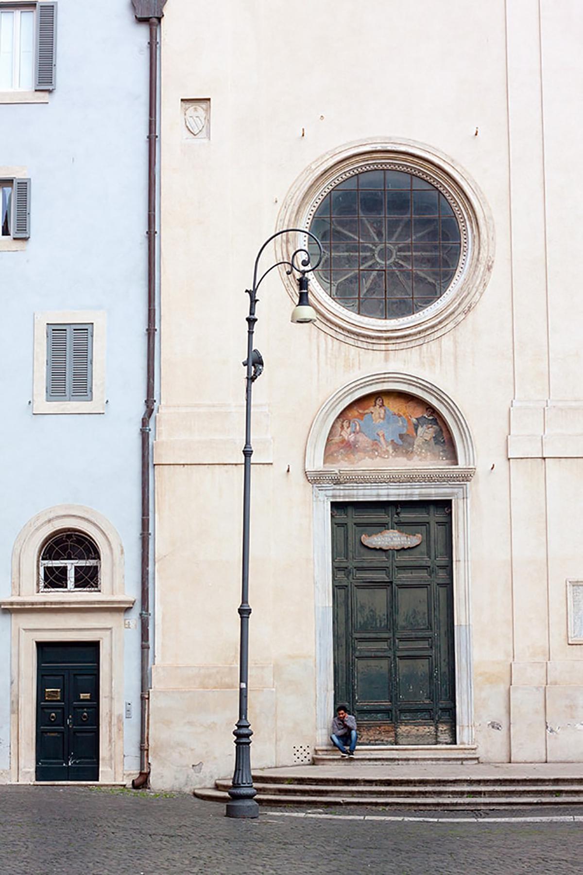 Fotografie. Straßenfotografie. Kircheneingang einer Kirche in Rom.