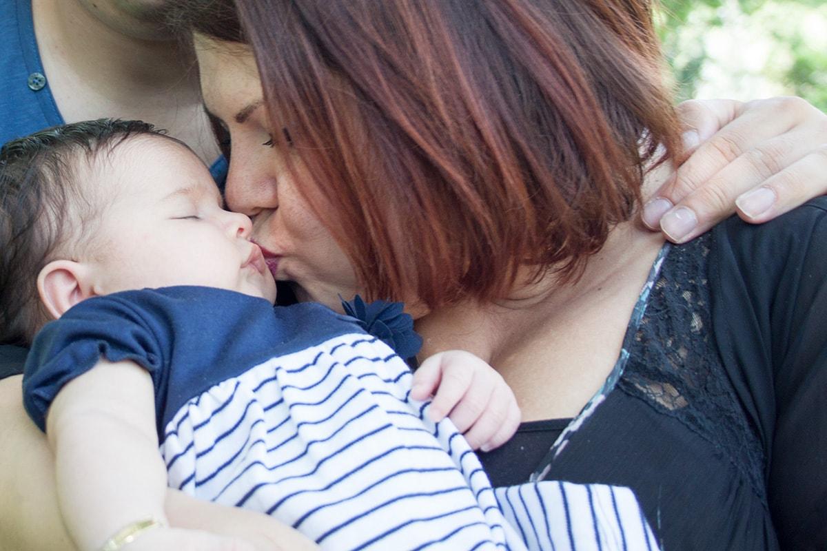 Fotografie. Babyfotos. Mutter küsst ihr schlafendes Baby.