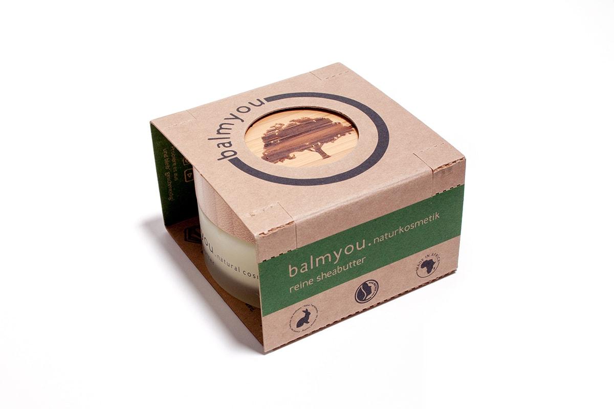 Produktfotos. Fotografie. Sheabuttercreme von balmyou in der Verpackung.
