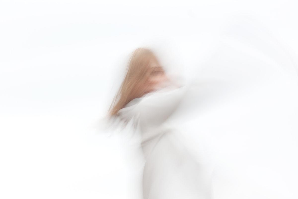 abstrakte, experimentelle Fotografie. Person bei Bewegung fotografiert.