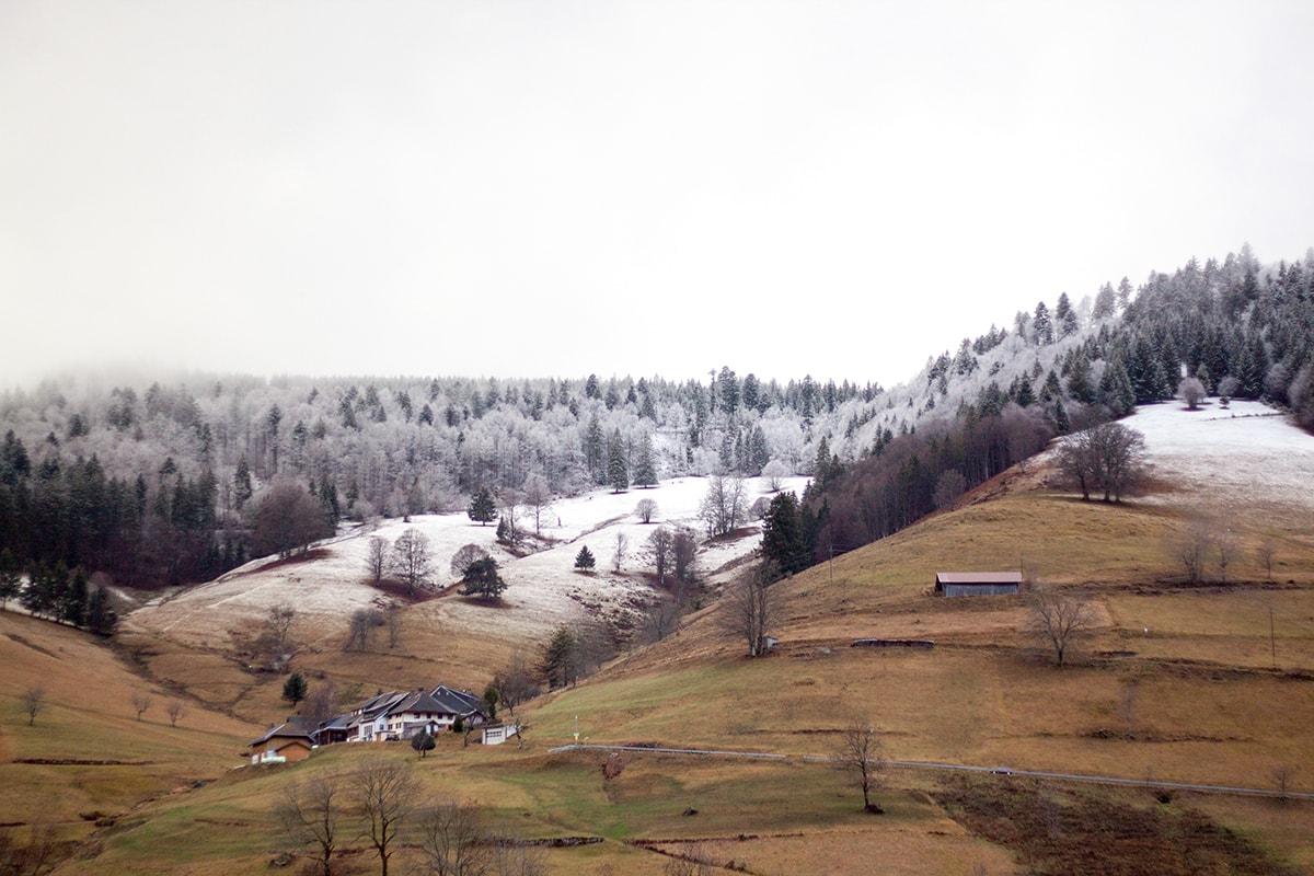 Fotografie. Foto von der leicht bedeckten Schnee/- Berglandschaft im Schwarzwald.