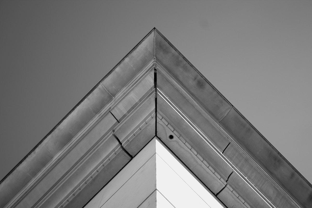 Fotografie. Symmetrische Anordnung. Dachspitze vom Haus von der Froschperspektive fotografiert.