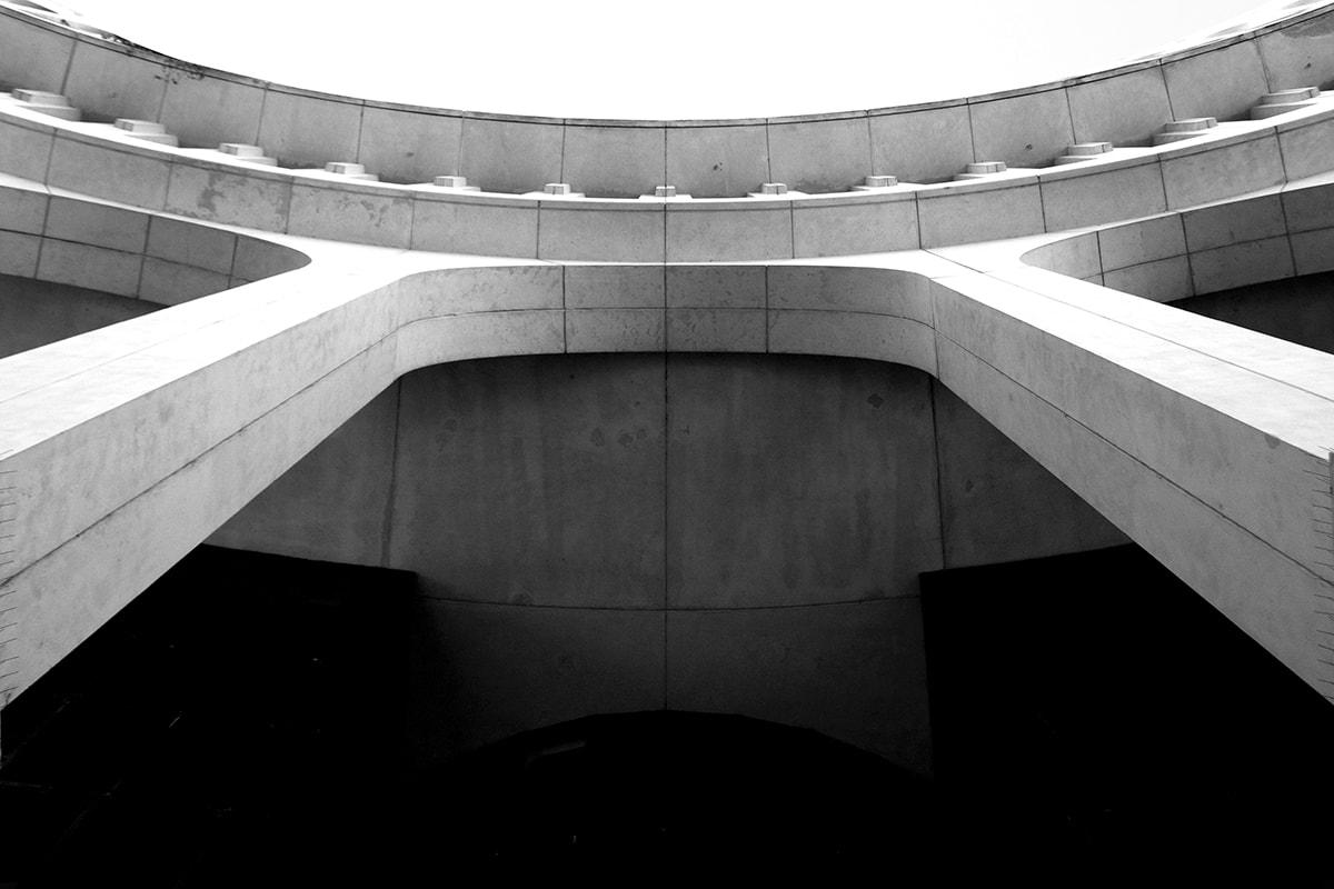Fotografie. Symmetrische Anordnung. Durchgang aus der Froschperspektive fotografiert.
