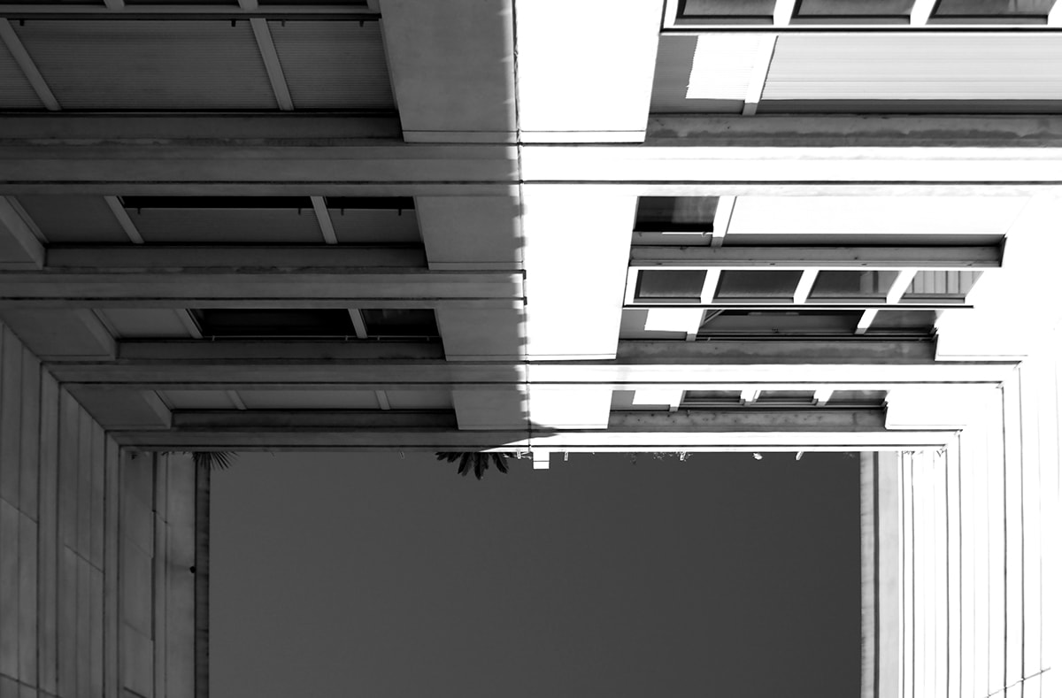 Fotografie. Symmetrische Anordnung. Haus aus der Froschperspektive fotografiert.