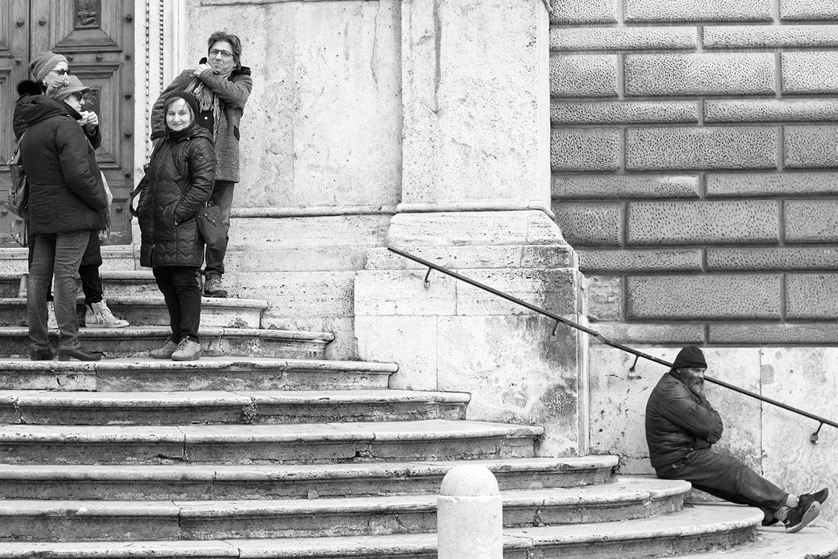 Fotografie. Trennung der Gesellschaft am Bild der Treppe.