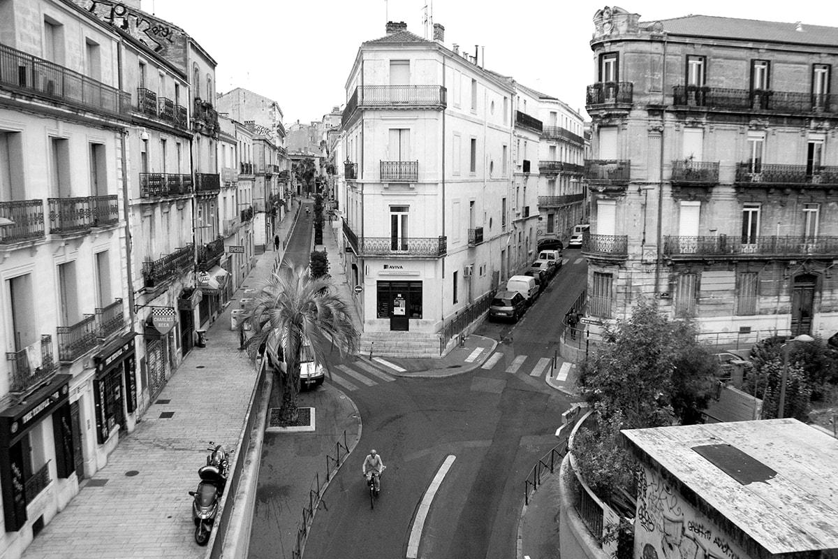 Fotografie. Straßenszenerie von der Vogelperspektive in Montpellier.