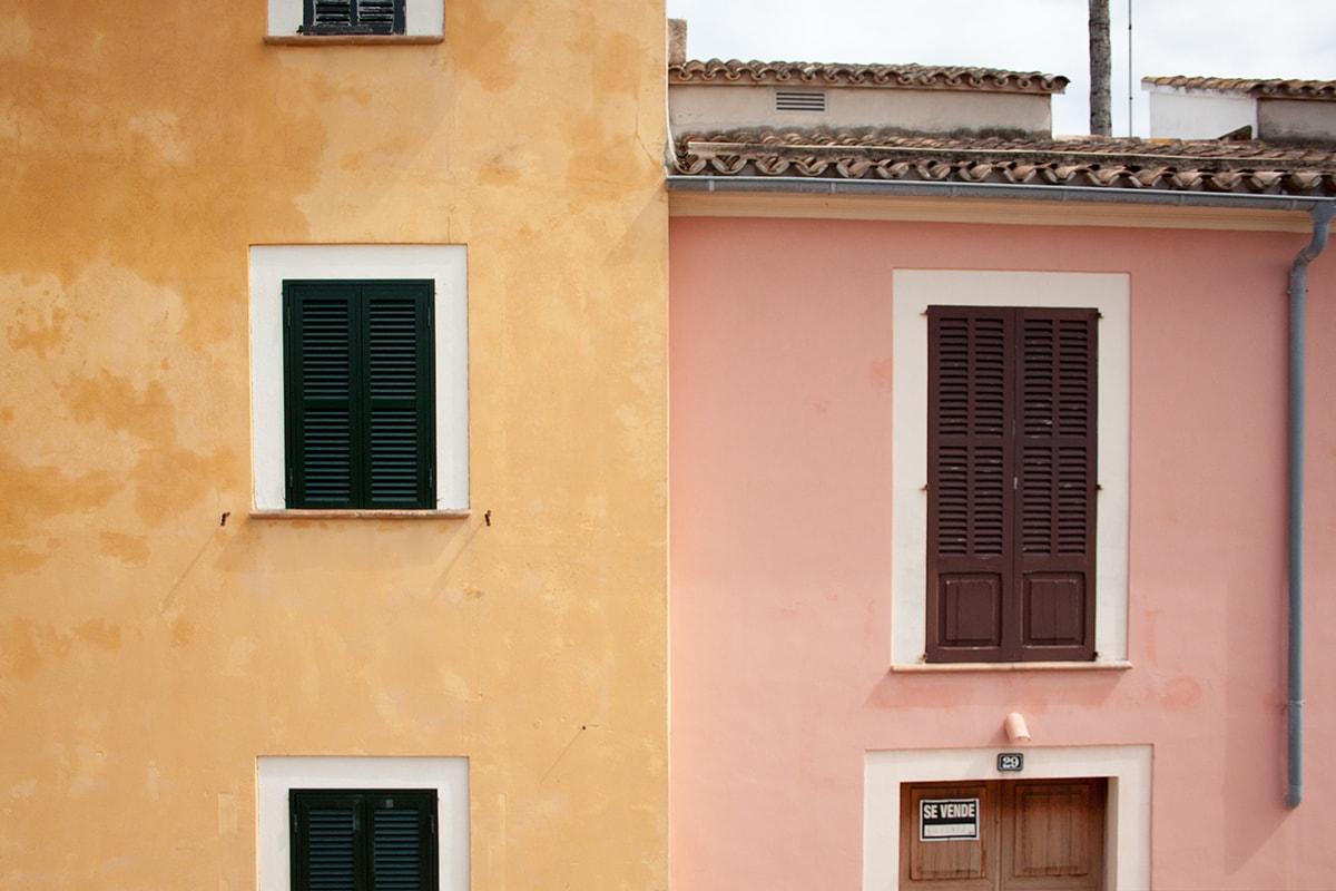 Fotografie. Straßenfotografie. Typische bunte Häuser in einer Altstadt auf Mallorca.