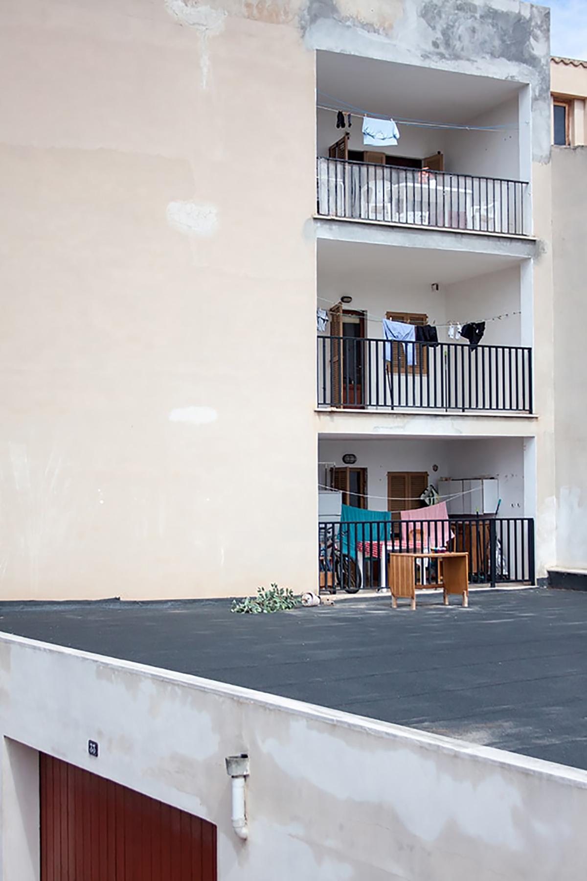 Fotografie. Straßenfotografie. Balkone von einem Haus in einer Altstadt auf Mallorca.