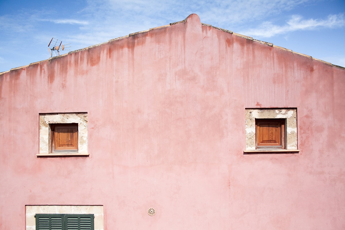 Fotografie. Straßenfotografie. Typisches buntes Haus in einer Altstadt auf Mallorca.